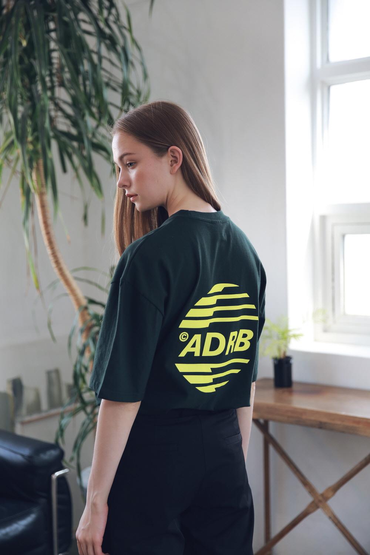 아더로브(ARDOROBE) 유니섹스 시그니처 스카치 로고 티셔츠 ATS192005-GN