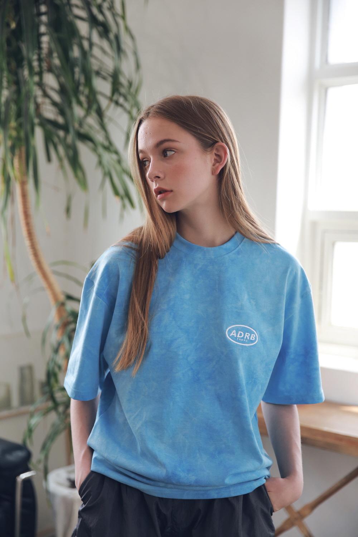 아더로브(ARDOROBE) 유니섹스 일립스 로고 타이다이 티셔츠 ATS192006-BL